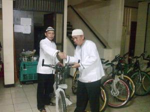 Pak Rw.03 Ma'ah Setiawan menerima penyerahan sepeda untuk operasional dari kelurahan oleh Pak Lurah H.Kadarusman Sutama SE